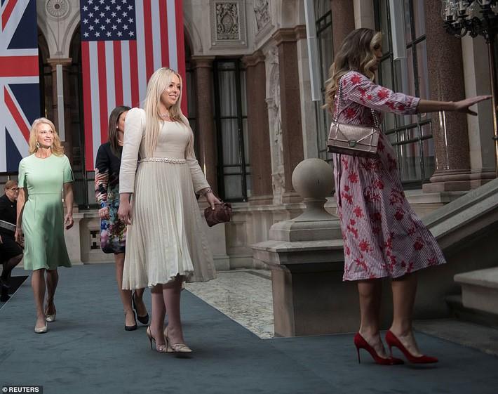 Nhân vật kém sắc nhất trong dàn trai xinh gái đẹp của Tổng thống Trump tại Anh, hóa ra từng thực tập tại Vogue và có style ngoài đời khá ổn - Ảnh 3.