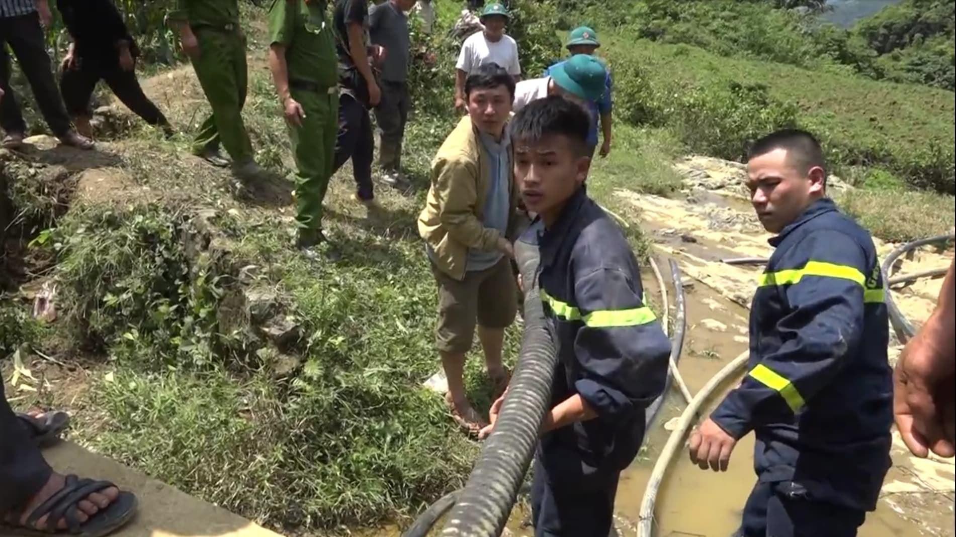 Cận cảnh hiện trường giải cứu nạn nhân mắc kẹt trong hang đá ở Lào Cai - Ảnh 5.