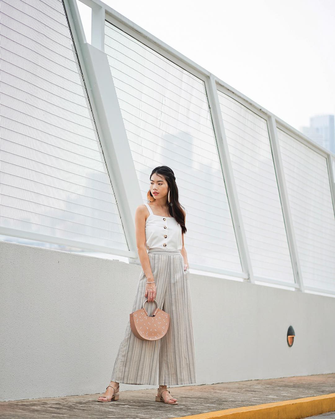 Diện quần ống rộng, bạn cứ mix với 4 kiểu áo sau là chắc cốp đẹp và sành điệu - Ảnh 8.