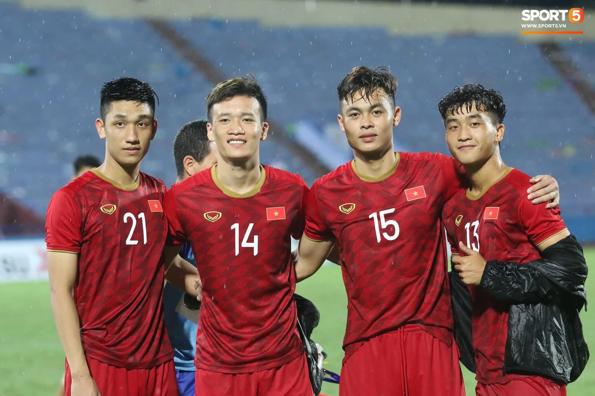 Hình ảnh cảm động: U23 Việt Nam đội mưa đi khắp khán đài cảm ơn người hâm mộ sau trận thắng U23 Myanmar - Ảnh 7.