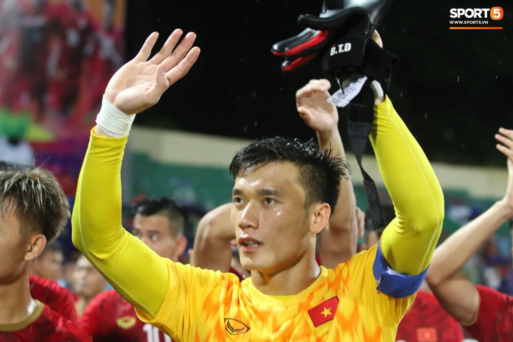 Hình ảnh cảm động: U23 Việt Nam đội mưa đi khắp khán đài cảm ơn người hâm mộ sau trận thắng U23 Myanmar - Ảnh 4.