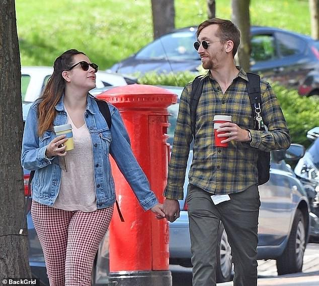Tin được không: Cô con gái được Tom Cruise bế bồng năm xưa đã lớn thế này, còn vui vẻ nắm tay chồng đi dạo phố - Ảnh 1.