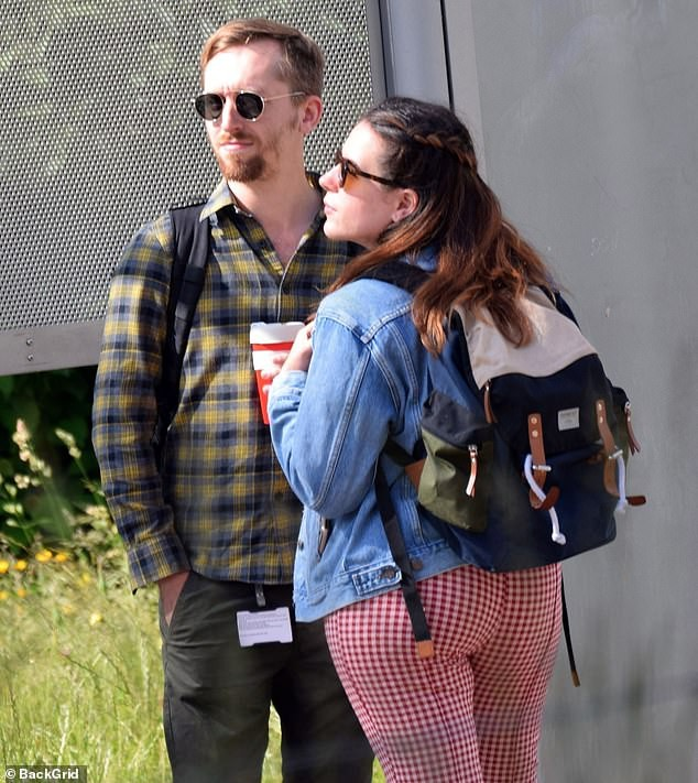 Tin được không: Cô con gái được Tom Cruise bế bồng năm xưa đã lớn thế này, còn vui vẻ nắm tay chồng đi dạo phố - Ảnh 3.