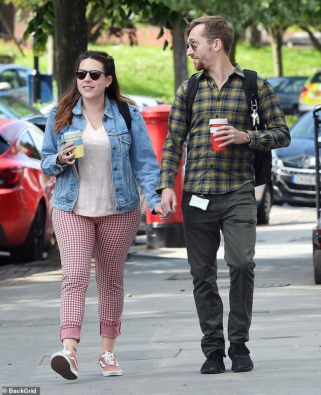 Tin được không: Cô con gái được Tom Cruise bế bồng năm xưa đã lớn thế này, còn vui vẻ nắm tay chồng đi dạo phố - Ảnh 2.
