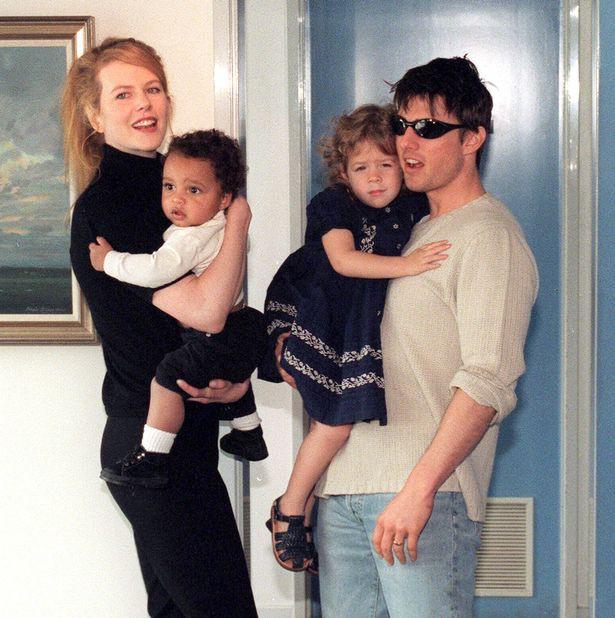 Tin được không: Cô con gái được Tom Cruise bế bồng năm xưa đã lớn thế này, còn vui vẻ nắm tay chồng đi dạo phố - Ảnh 5.