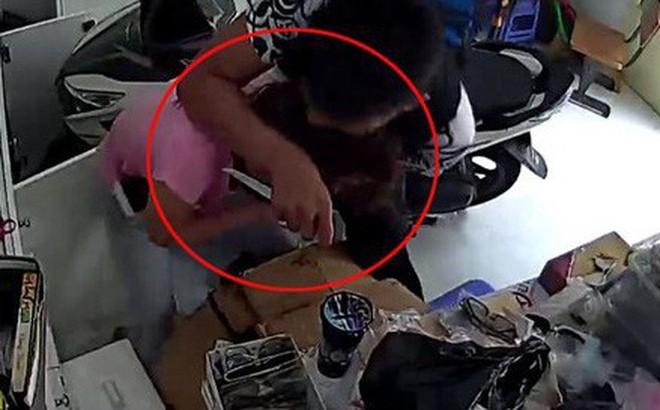 Cô gái bất ngờ bị 2 tên cướp đeo khẩu trang chặn xe, bóp cổ cướp xe máy giữa đường - Ảnh 1.