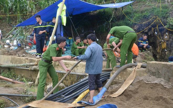 Vụ người đàn ông kẹt dưới hang nước: Công tác cứu hộ lại quay về xuất phát ban đầu do mưa lớn - Ảnh 1.