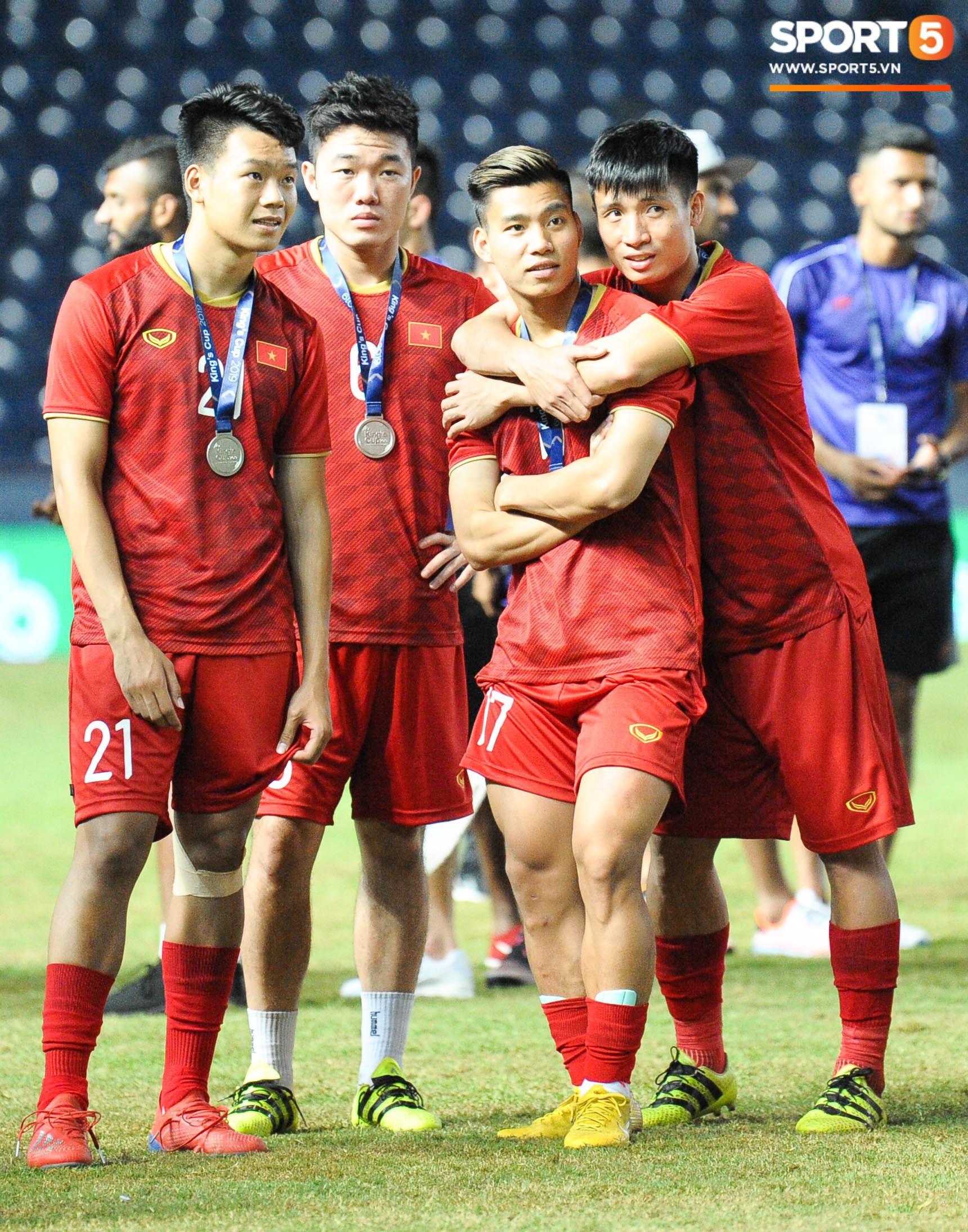 Góc làm gì cho đỡ buồn: Xuân Trường, Văn Thanh cắn huy chương, Tiến Dũng liếc team vô địch bằng ánh mắt hài hước - Ảnh 3.