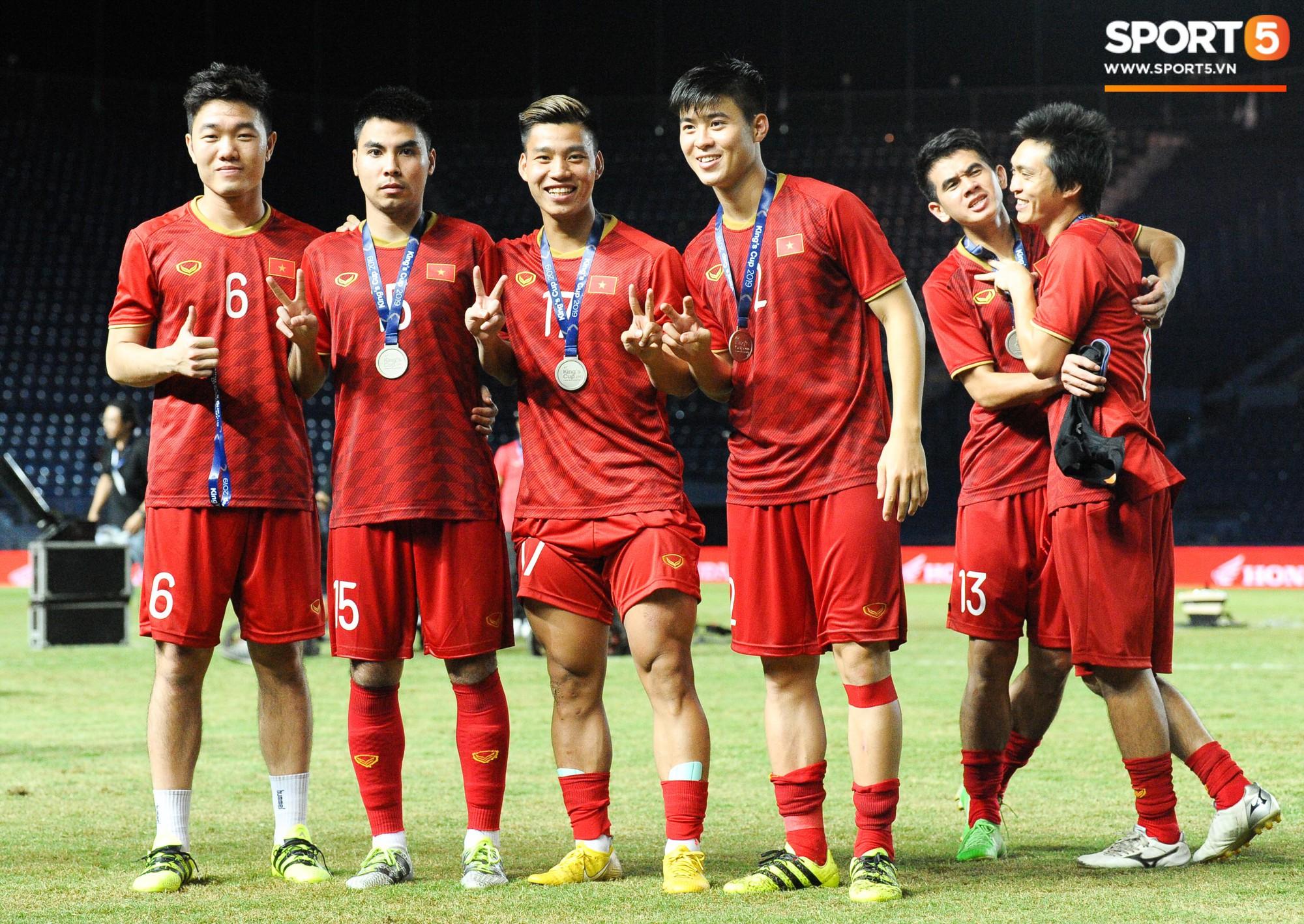 Góc làm gì cho đỡ buồn: Xuân Trường, Văn Thanh cắn huy chương, Tiến Dũng liếc team vô địch bằng ánh mắt hài hước - Ảnh 9.