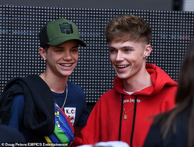Anh em nhà Beckham lại gây sốt: Harper ra dáng thiếu nữ, Romeo chiếm spotlight vì bắt chước điểm nổi tiếng của bố - Ảnh 4.