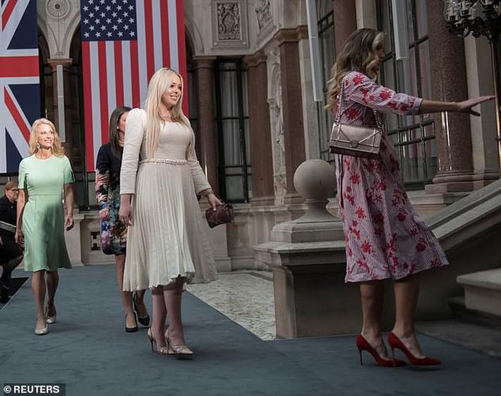 Con dâu Tổng thống Trump: Bụng bầu vượt mặt vẫn mặc đẹp bất chấp, thậm chí đứng cạnh Ivanka Trump cũng không bị lép vế - Ảnh 2.