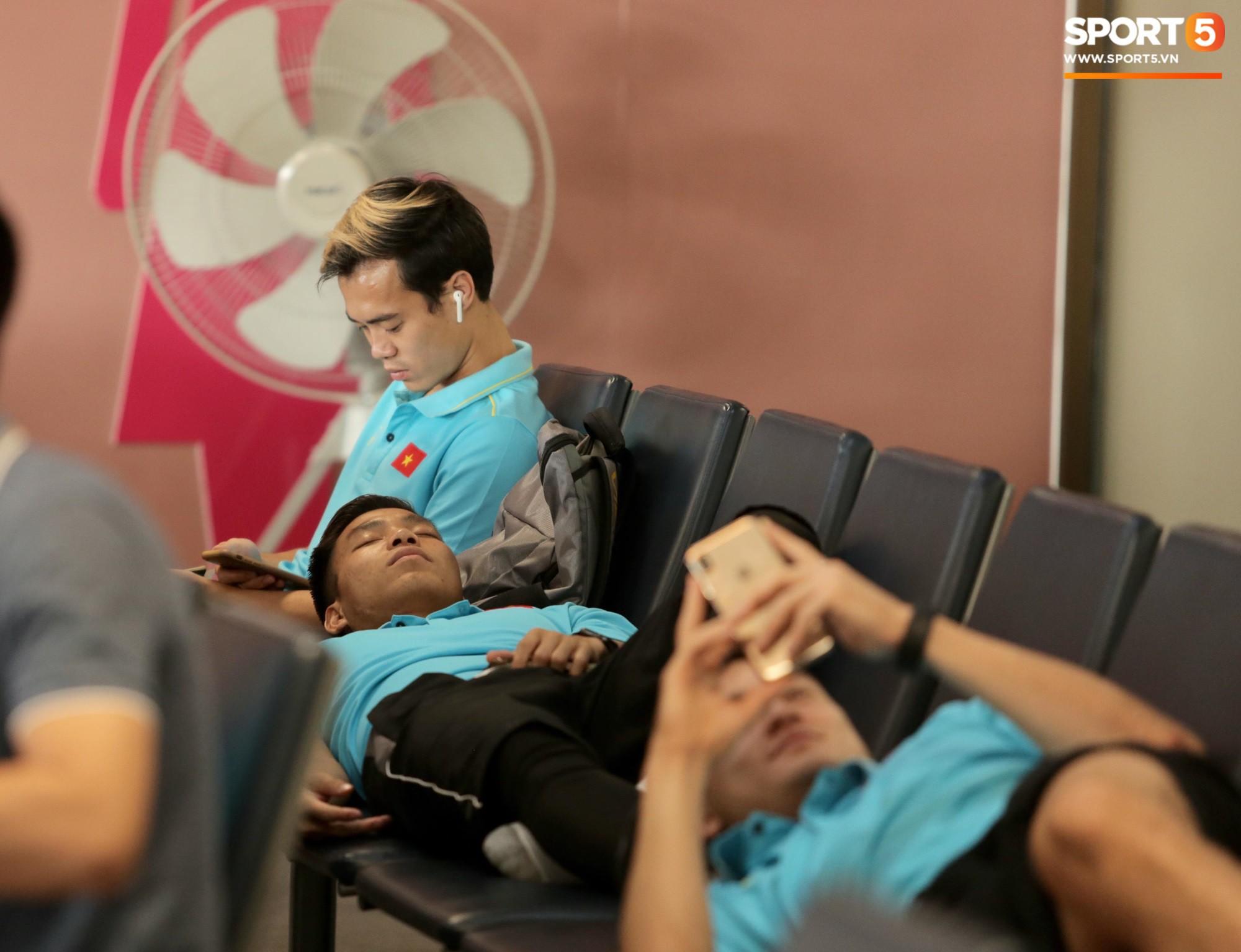 Khoảnh khắc ngọt ngào: HLV Park Hang-seo gối đầu lên đùi Văn Toàn đầy tình cảm tại sân bay - Ảnh 5.