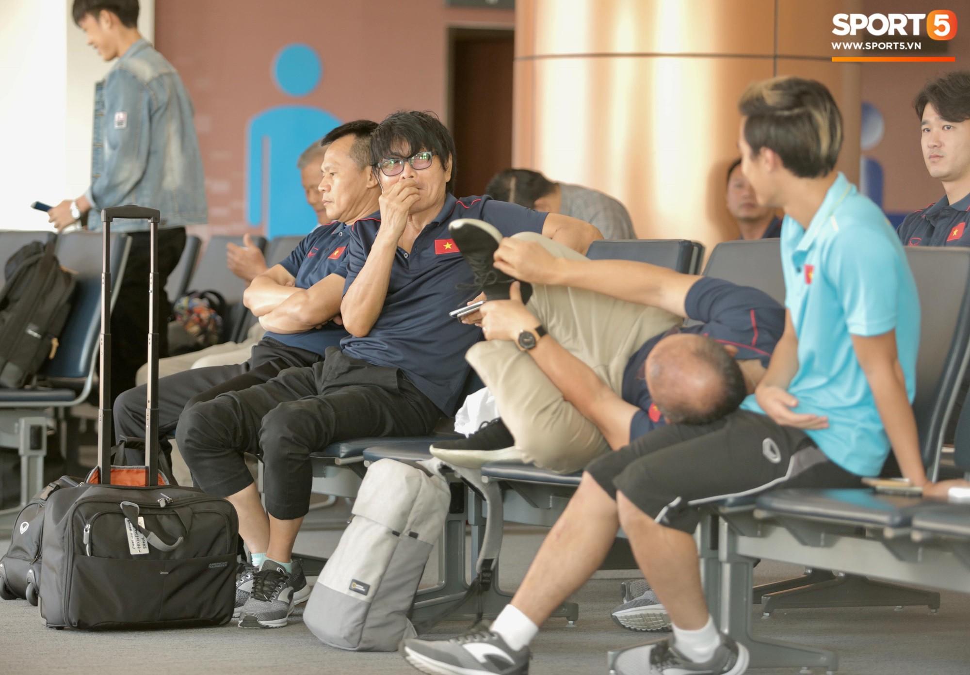 Khoảnh khắc ngọt ngào: HLV Park Hang-seo gối đầu lên đùi Văn Toàn đầy tình cảm tại sân bay - Ảnh 4.