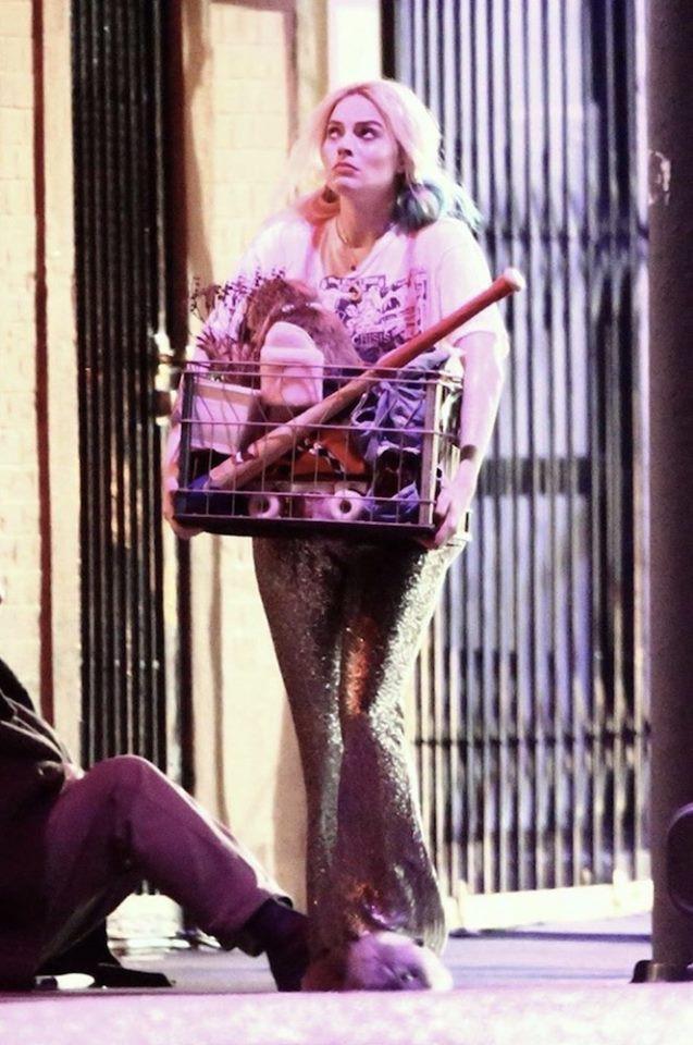 Harley Quinn mình mẩy cháy xém, hớt hơ hớt hải chạy giữa phố trong Birds of Prey nhưng thứ cô cầm theo mới gây chú ý - Ảnh 2.