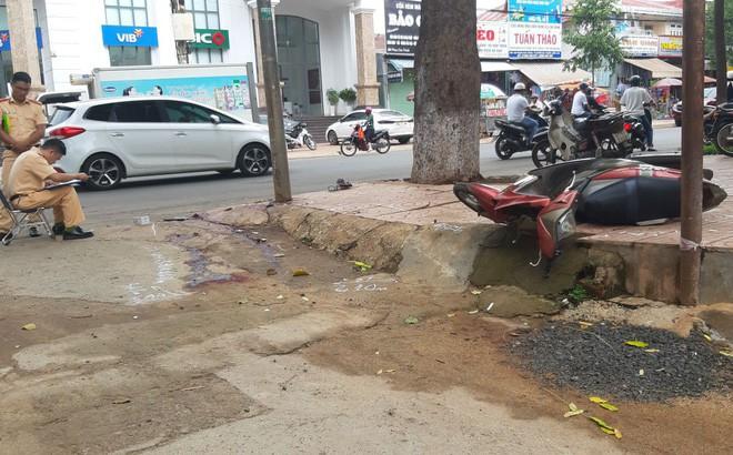 Điều khiển xe máy tông vào cột đèn đường, 2 thanh niên thương vong - Ảnh 1.