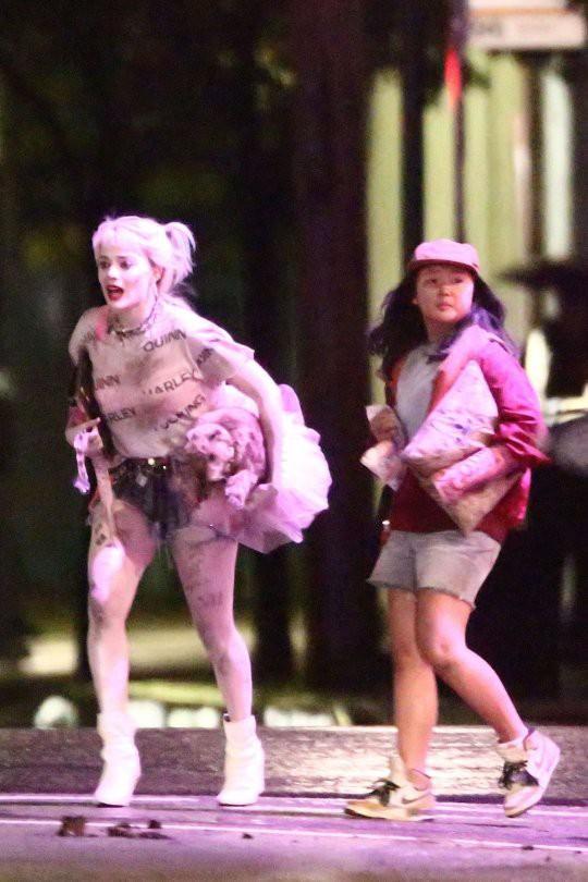Harley Quinn mình mẩy cháy xém, hớt hơ hớt hải chạy giữa phố trong Birds of Prey nhưng thứ cô cầm theo mới gây chú ý - Ảnh 3.