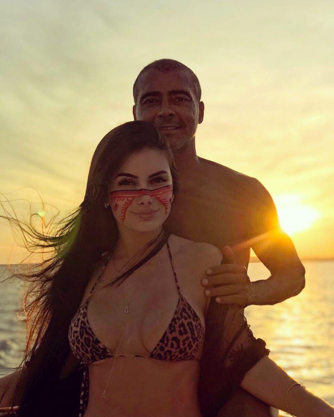 Huyền thoại bóng đá Brazil quá nửa đời người vẫn tán đổ mỹ nữ thân hình bốc lửa đáng tuổi con mình - Ảnh 1.