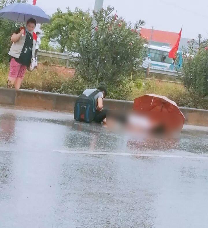 Xót xa cảnh chồng ngồi thất thần bên thi thể vợ bị xe tải tông tử vong ở Bắc Giang - Ảnh 1.