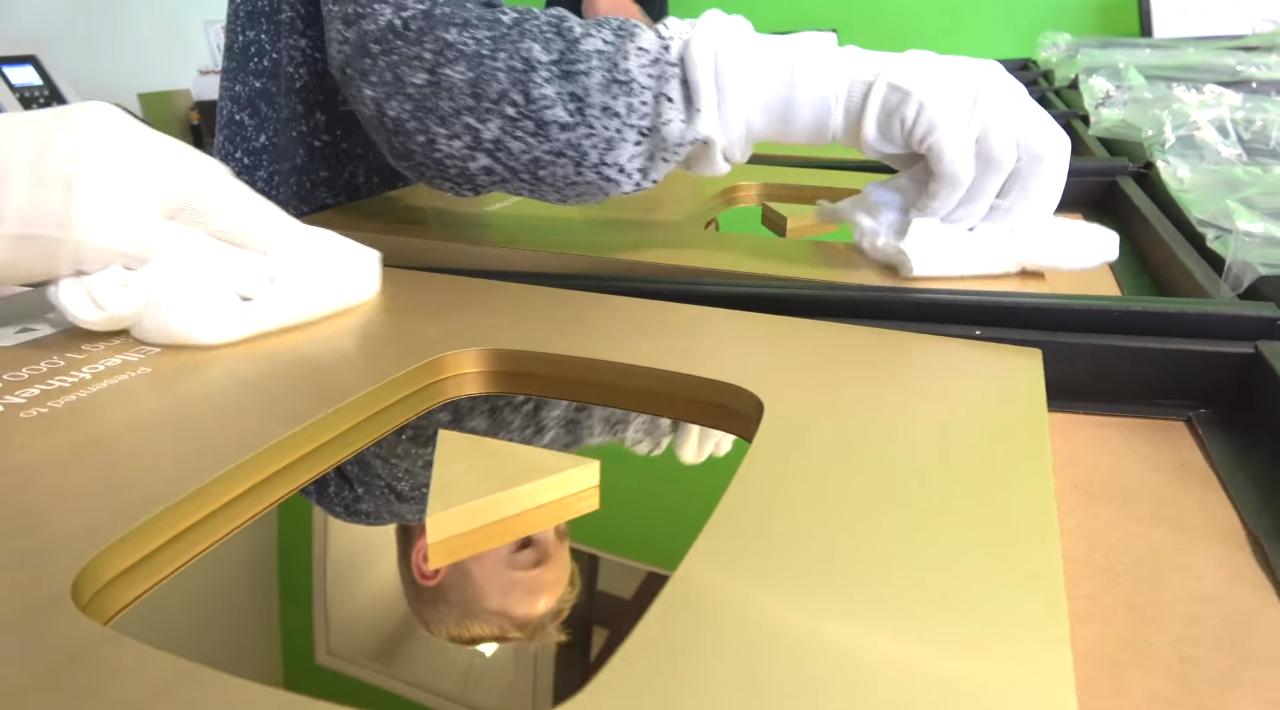 Đột nhập trụ sở YouTube xem cách làm Nút Vàng, Bạc, Kim Cương: Mỗi nút một máy, tự động gần như 100% - Ảnh 9.