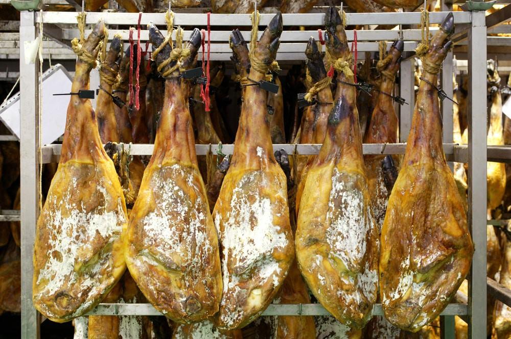 Treo đùi lợn trên núi hơn 1 năm cho mốc meo rồi gọi nó là báu vật ẩm thực, chắc cũng chỉ có người Tây Ban Nha - Ảnh 3.