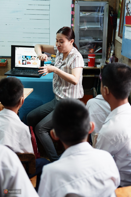 Lớp học thinh lặng giữa Sài Gòn: Không tiếng giảng bài không lời phát biểu, nhưng không tắt hy vọng bao giờ - Ảnh 3.
