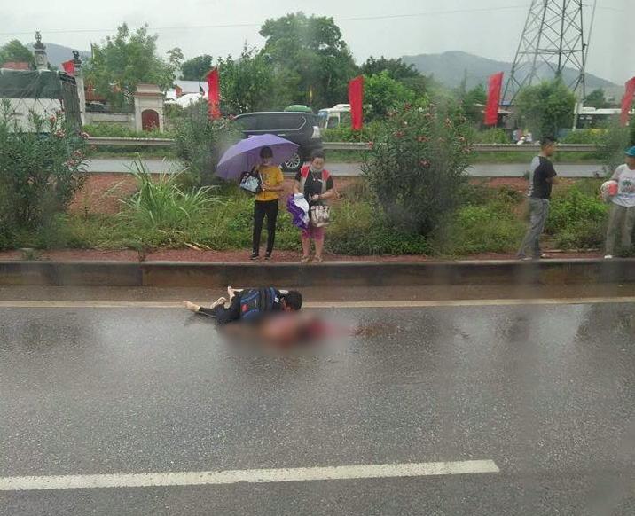 Xót xa cảnh chồng ngồi thất thần bên thi thể vợ bị xe tải tông tử vong ở Bắc Giang - Ảnh 2.