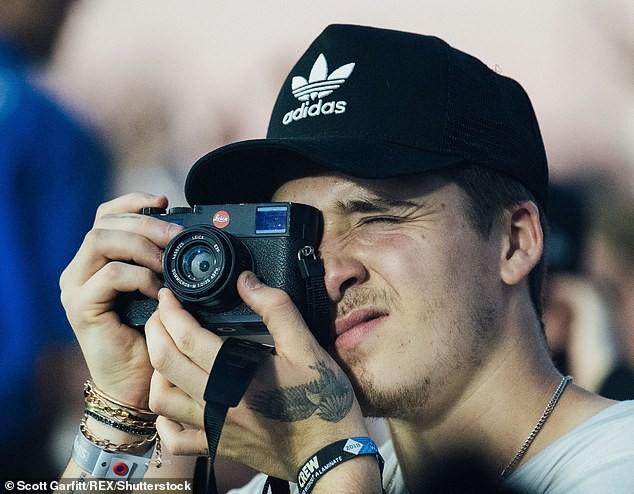 Từng viện lý do nhớ nhà để nghỉ học nhiếp ảnh, hoá ra Brooklyn Beckham bị đuổi vì quá bất tài? - Ảnh 1.
