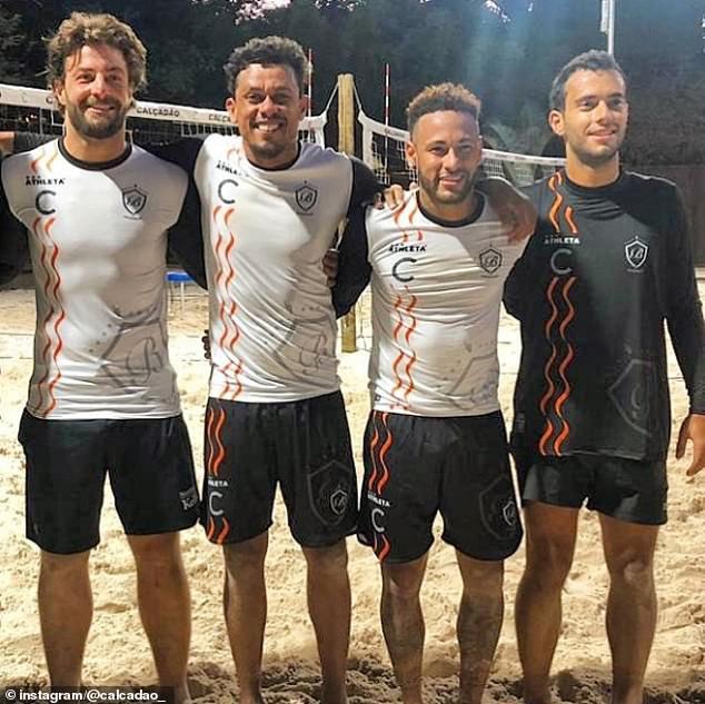 Một ngày sau khi bị CLB phê bình đích danh vì vô kỷ luật, cầu thủ đắt giá nhất thế giới vẫn thảnh thơi chơi bóng ngoài bãi biển - Ảnh 2.