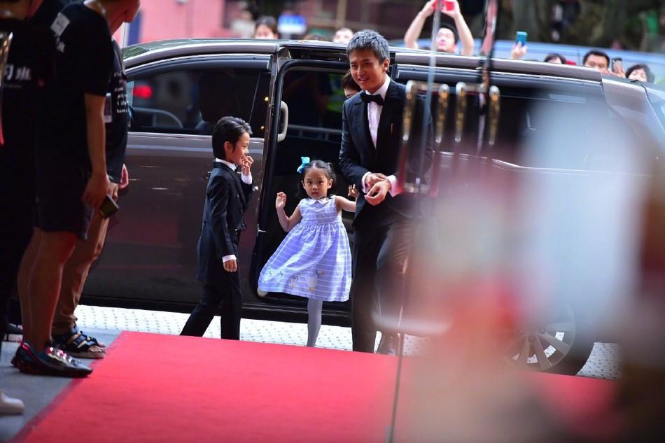Đặng Siêu - Tôn Lệ lần đầu cho 2 con xuất hiện trước truyền thông nhưng netizen chỉ để ý quý tử đẹp tựa nam thần nhí - Ảnh 2.