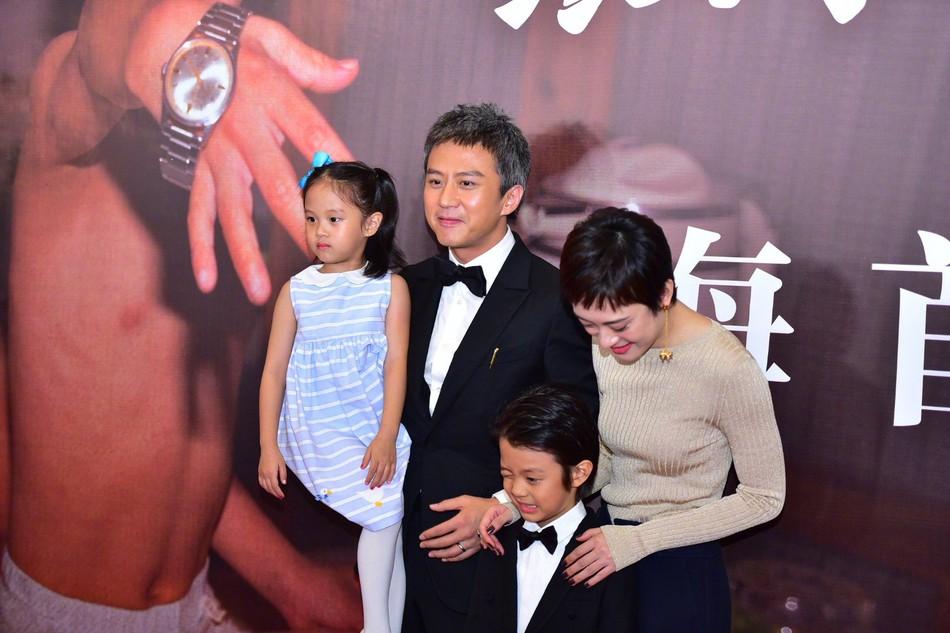 Đặng Siêu - Tôn Lệ lần đầu cho 2 con xuất hiện trước truyền thông nhưng netizen chỉ để ý quý tử đẹp tựa nam thần nhí - Ảnh 5.