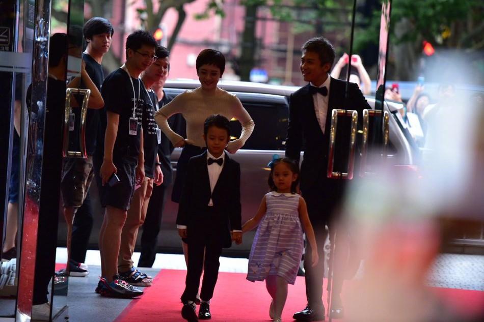 Đặng Siêu - Tôn Lệ lần đầu cho 2 con xuất hiện trước truyền thông nhưng netizen chỉ để ý quý tử đẹp tựa nam thần nhí - Ảnh 1.