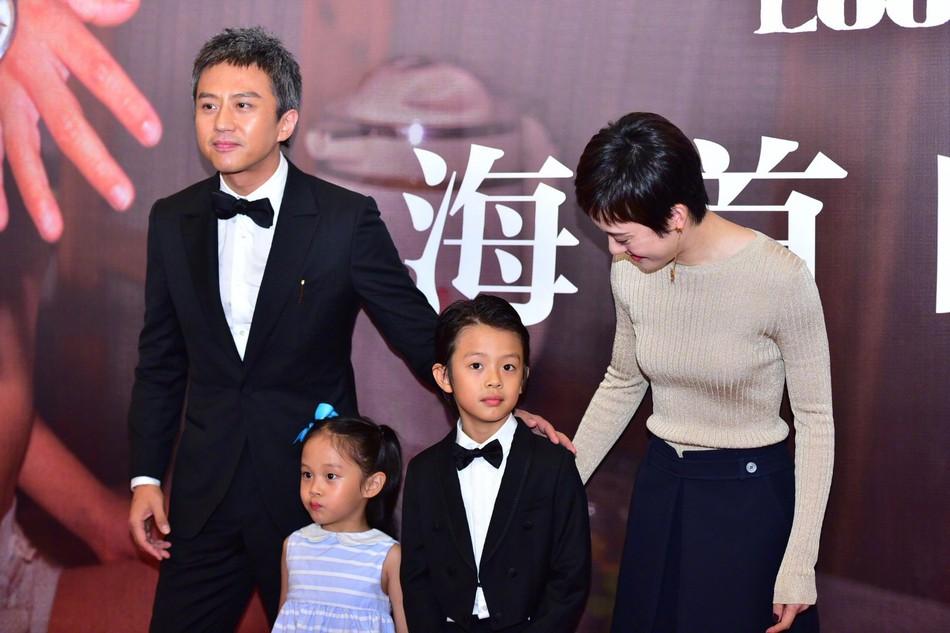 Đặng Siêu - Tôn Lệ lần đầu cho 2 con xuất hiện trước truyền thông nhưng netizen chỉ để ý quý tử đẹp tựa nam thần nhí - Ảnh 6.