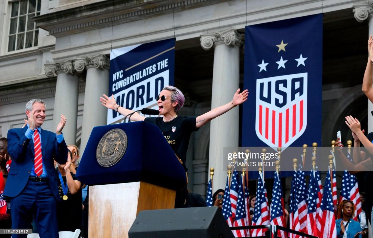 Hàng chục nghìn CĐV đổ ra đường xem tuyển Mỹ diễu hành mừng vô địch World Cup nữ 2019 - Ảnh 4.