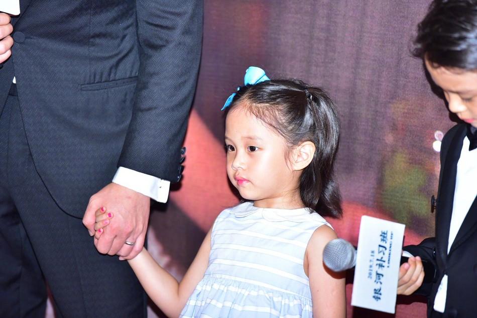 Đặng Siêu - Tôn Lệ lần đầu cho 2 con xuất hiện trước truyền thông nhưng netizen chỉ để ý quý tử đẹp tựa nam thần nhí - Ảnh 8.