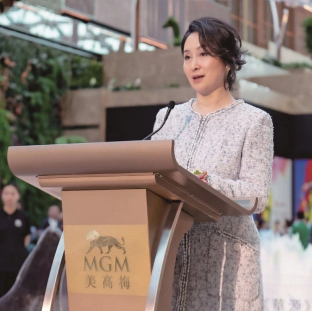 Ái nữ quyền lực nhất nhà trùm casino Macau: Phớt lờ gia sản kế nghiệp khổng lồ, hạnh phúc bên người tình đồng tính - Ảnh 2.