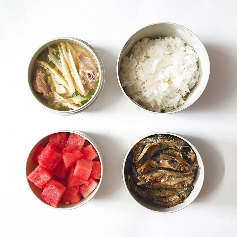 Chỉ với 50k đồng, cô gái trẻ làm ra hàng loạt bữa cơm trưa siêu tinh tế để chồng mang đi làm mỗi ngày - Ảnh 1.
