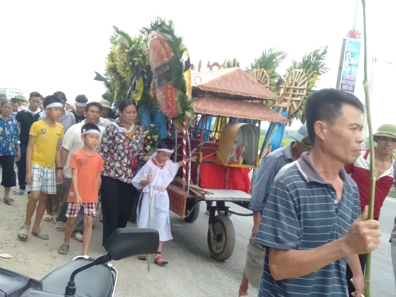 Đám tang đẫm nước mắt của nữ nhân viên bán xăng bị sát hại: Hai đứa con trai ngơ ngác tìm mẹ - Ảnh 3.