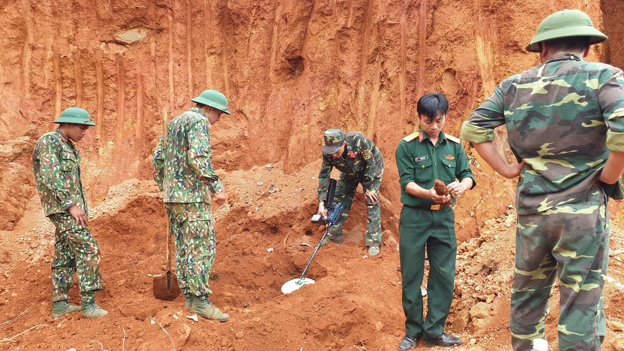 4 giờ căng thẳng tháo gỡ thành công 80 quả đạn cối dưới chân đèo Bảo Lộc - Ảnh 1.