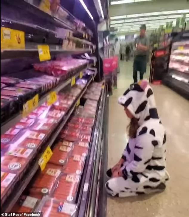 Nhằm kêu gọi ăn chay, cô gái hóa thân thành bò sữa than khóc thảm thiết tại quầy bán thịt khiến MXH hoang mang - Ảnh 1.