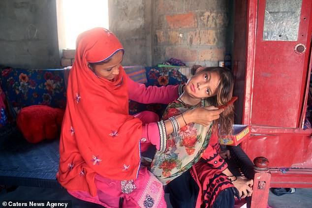 Mắc bệnh lạ gây trẹo cổ 90 độ, bé gái phải chịu đựng nỗi đau hàng ngày vì gia đình không đủ tiền chữa trị - Ảnh 1.