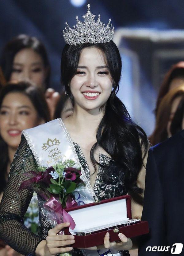 Tân Hoa hậu Hàn Quốc 2019: makeup càng nhạt lại càng xinh, nổi bật nhất là khi lên đồ đơn giản - Ảnh 1.