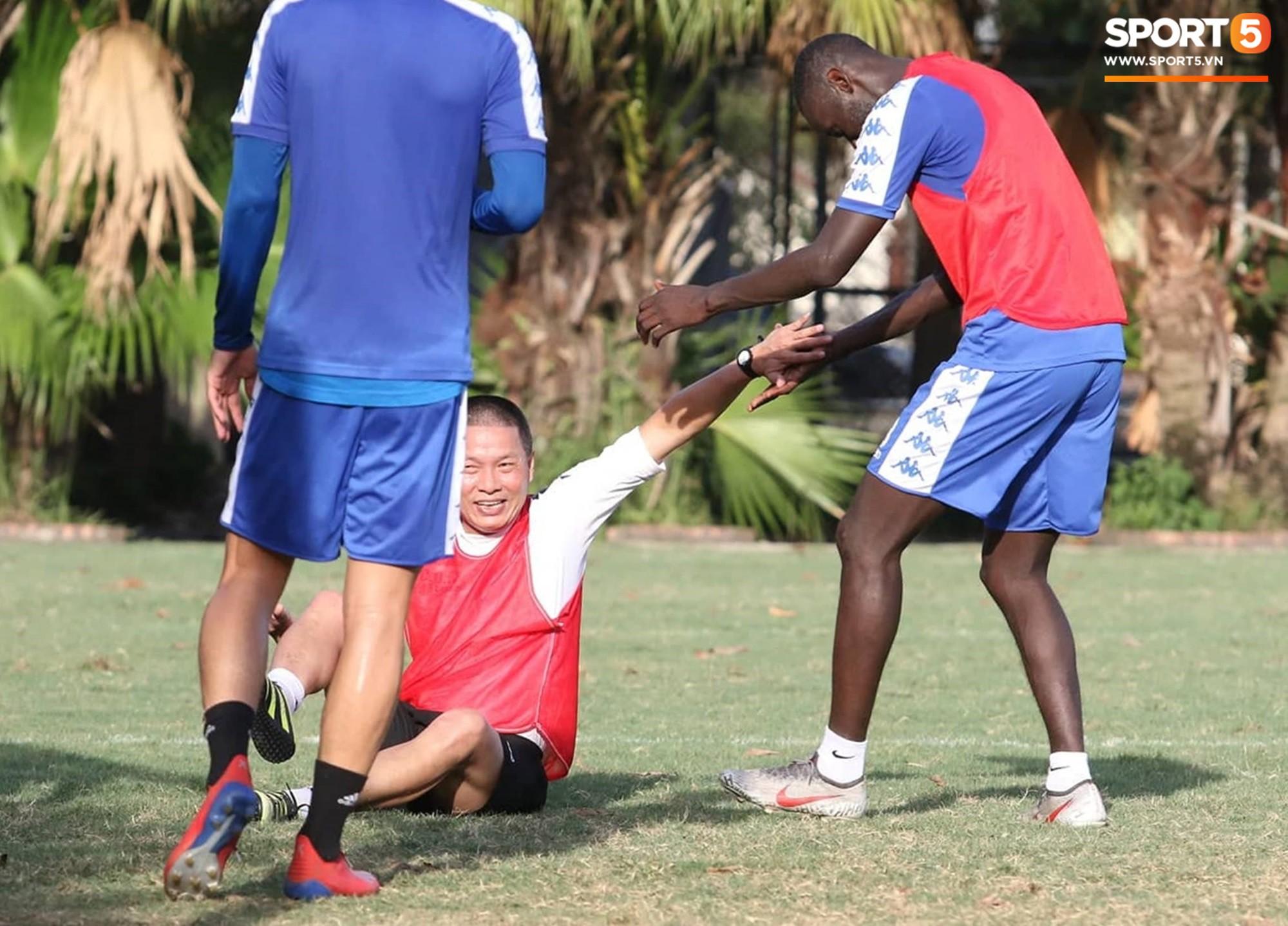 Cởi bỏ vẻ nghiêm nghị thường thấy, HLV của Hà Nội FC xỏ giày vào sân chơi lầy cùng Quang Hải, Duy Mạnh - Ảnh 3.