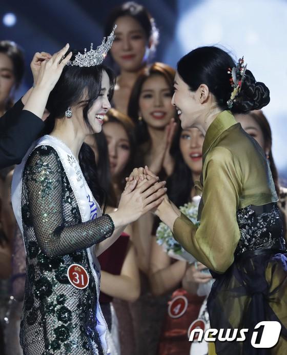 Chung kết Hoa hậu Hàn Quốc 2019 gây bão: Tân Hoa hậu xinh đến mức dìm cựu Hoa hậu, dàn Á hậu đằng sau bị chê mặt nhựa - Ảnh 8.