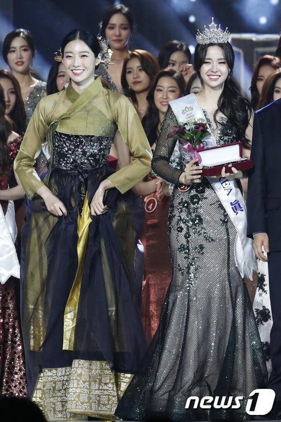 Chung kết Hoa hậu Hàn Quốc 2019 gây bão: Tân Hoa hậu xinh đến mức dìm cựu Hoa hậu, dàn Á hậu đằng sau bị chê mặt nhựa - Ảnh 9.