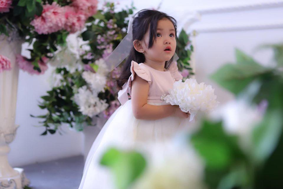 Mới hơn 2 tuổi, con gái Hải Băng đã gây sốt: Xinh trong veo như công chúa, lại còn biết tạo dáng chuyên nghiệp - Ảnh 2.