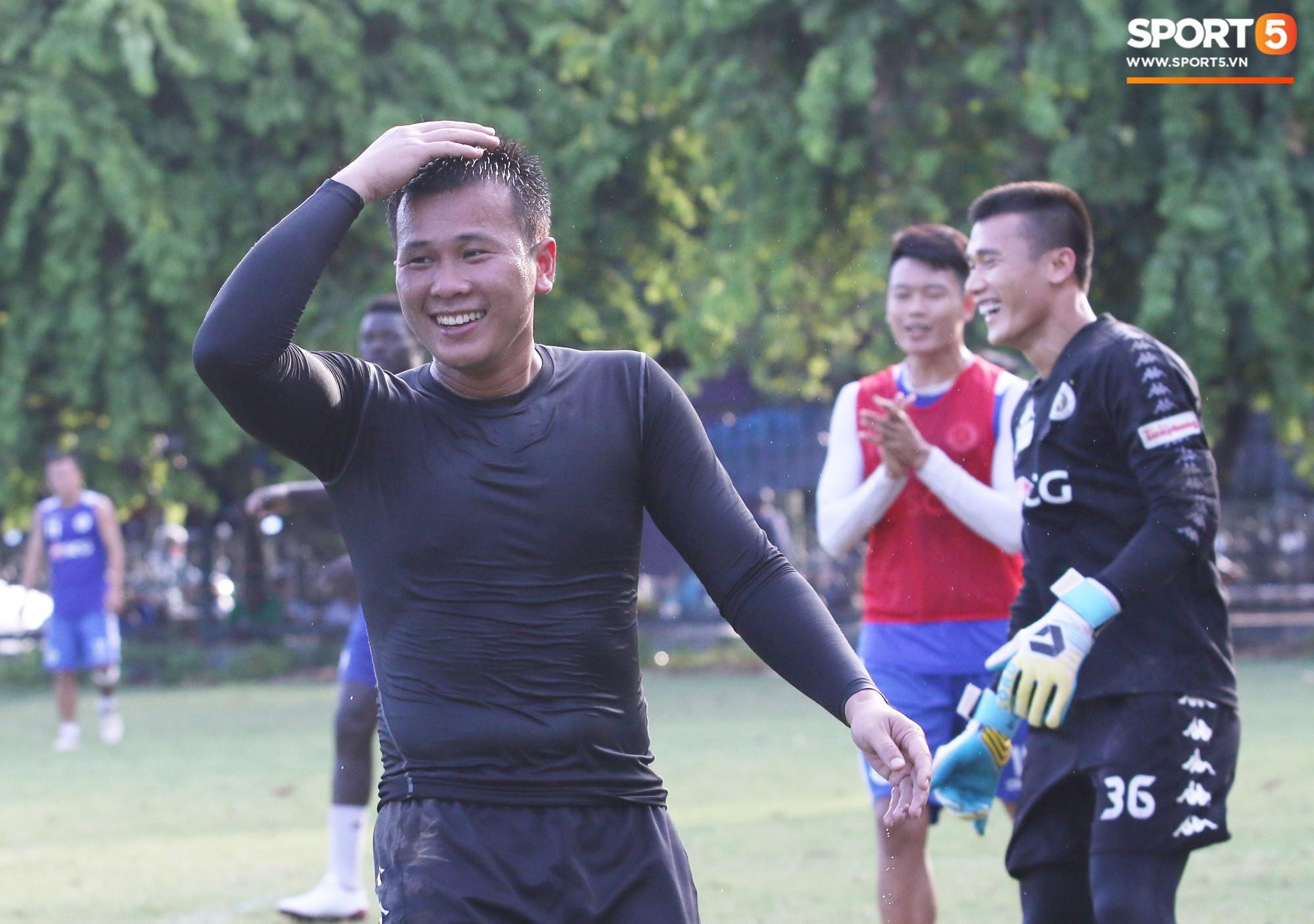 Cởi bỏ vẻ nghiêm nghị thường thấy, HLV của Hà Nội FC xỏ giày vào sân chơi lầy cùng Quang Hải, Duy Mạnh - Ảnh 8.