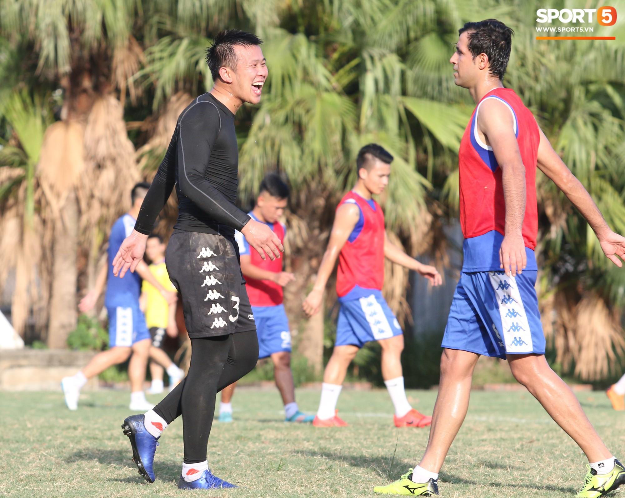Cởi bỏ vẻ nghiêm nghị thường thấy, HLV của Hà Nội FC xỏ giày vào sân chơi lầy cùng Quang Hải, Duy Mạnh - Ảnh 6.