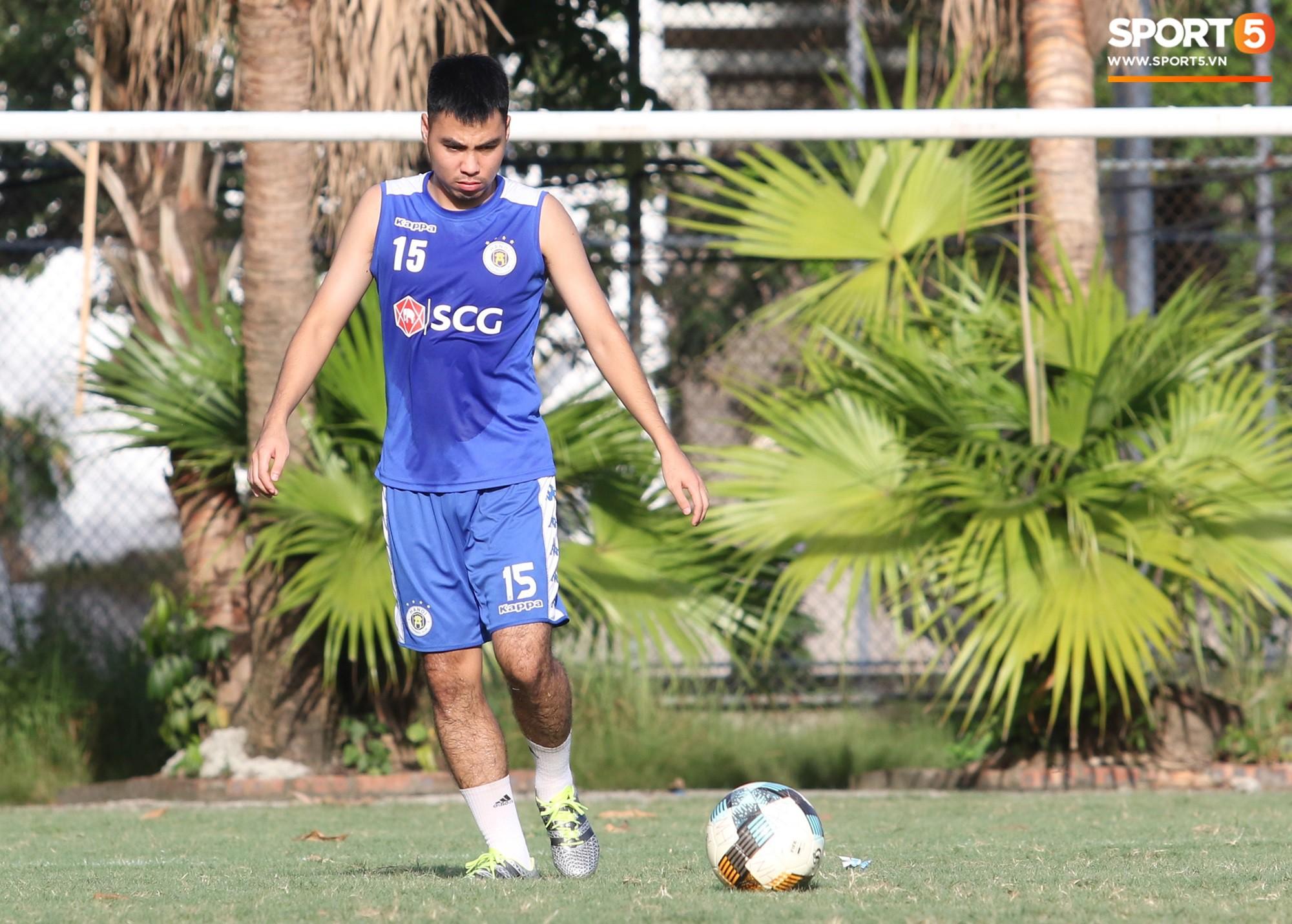 Cởi bỏ vẻ nghiêm nghị thường thấy, HLV của Hà Nội FC xỏ giày vào sân chơi lầy cùng Quang Hải, Duy Mạnh - Ảnh 1.