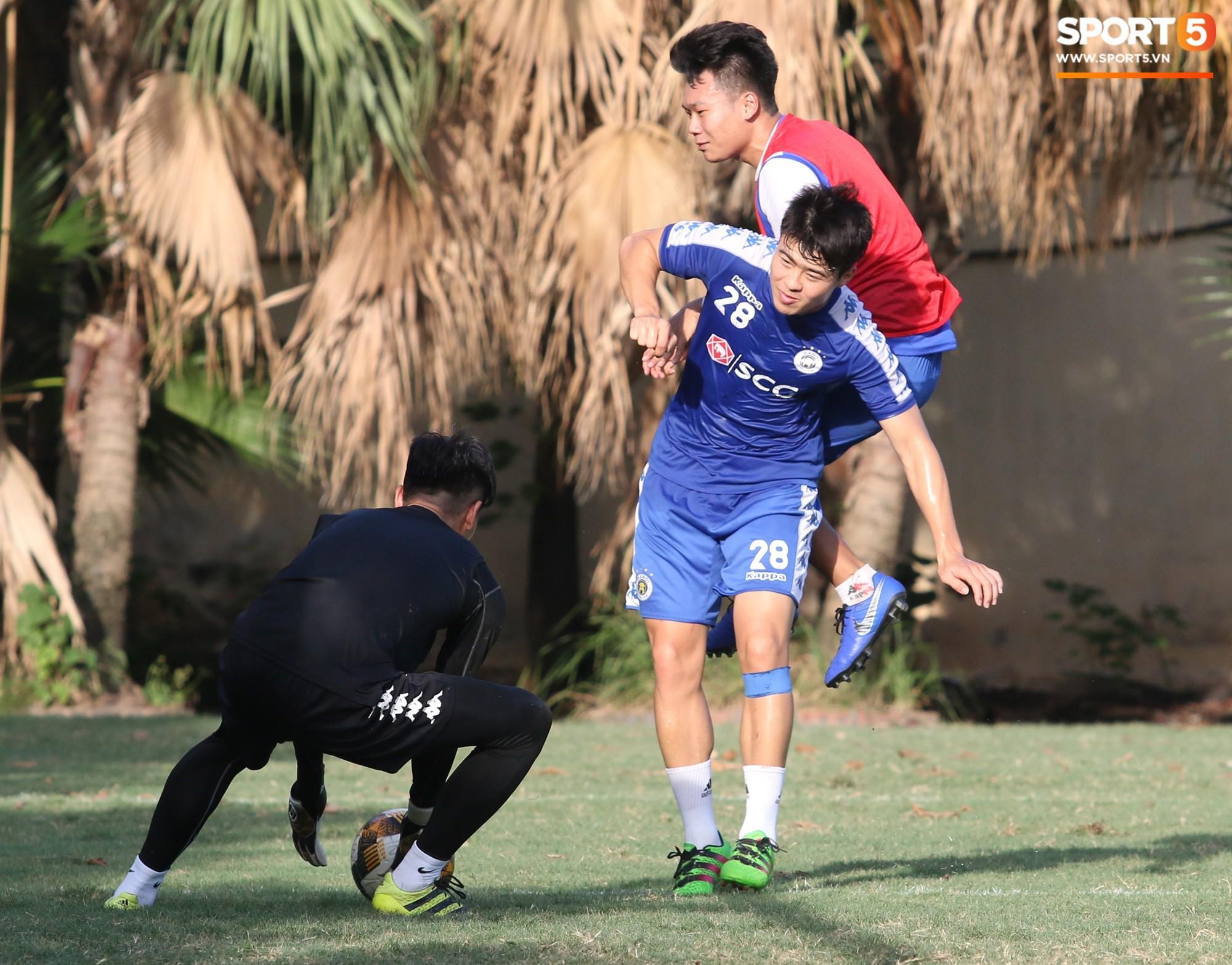 Cởi bỏ vẻ nghiêm nghị thường thấy, HLV của Hà Nội FC xỏ giày vào sân chơi lầy cùng Quang Hải, Duy Mạnh - Ảnh 4.