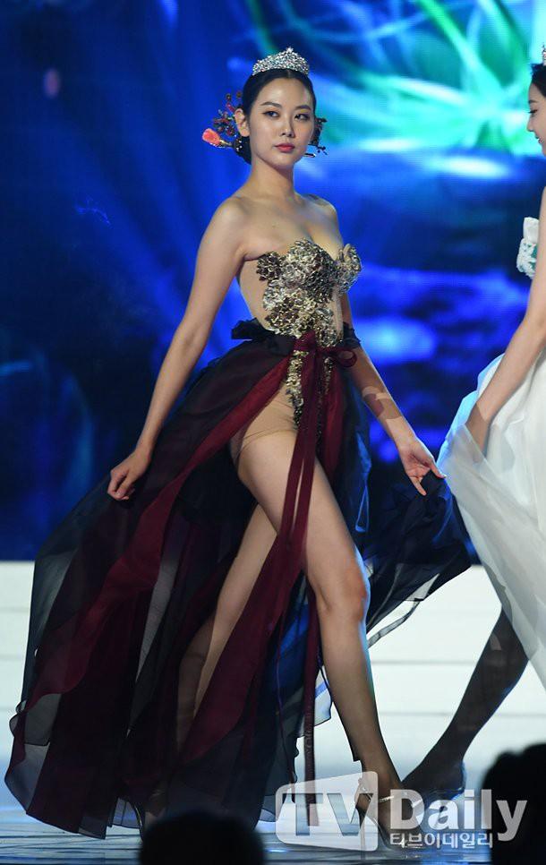 Cuộc thi Hoa hậu Hàn Quốc 2019 bị ném đá thậm tệ vì màn trình diễn Hanbok như nội y, thí sinh vừa đi vừa cởi - Ảnh 2.